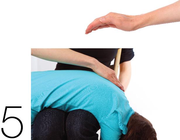 Ilustracja, jak złożyć rękę w łódeczkę oraz jak opukiwać plecy dziecka, trzymając je na kolanach, plecami do góry i głową lekko w dół